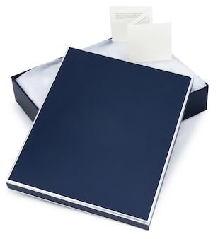 Apra il contenitore di regalo blu con la nota isolata su bianco