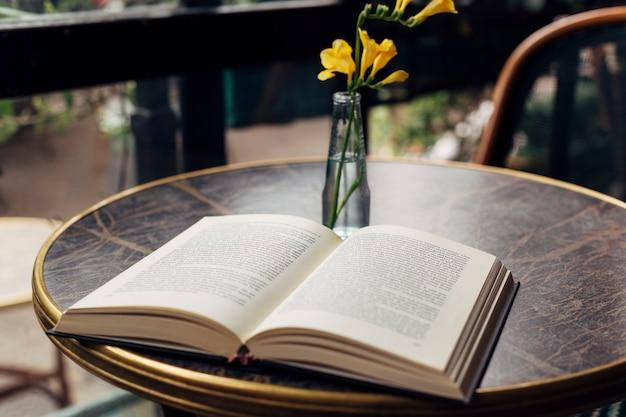 Apra il libro su un tavolo