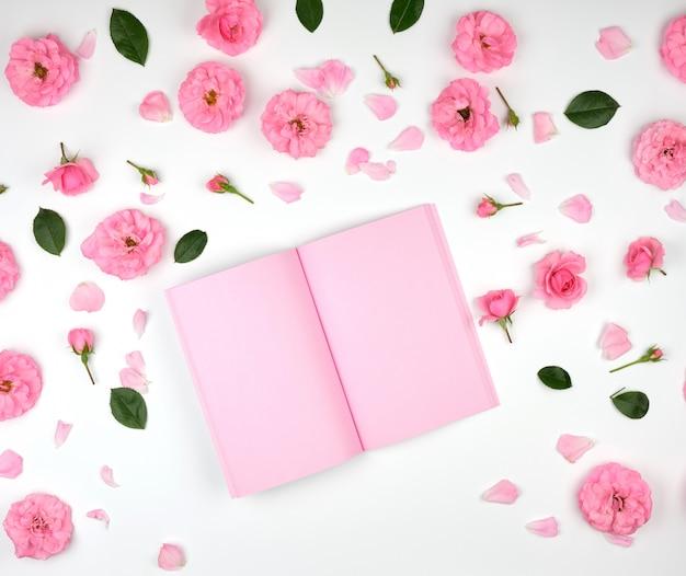Apra il taccuino con le pagine in bianco rosa