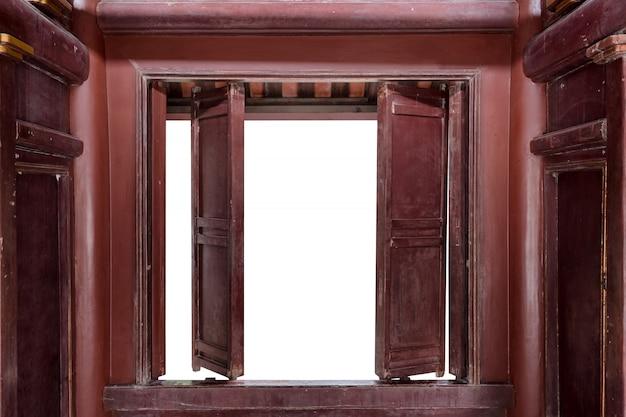 Apra il vecchio doo di legno e fondo bianco