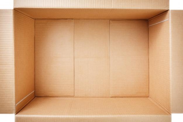 Apra la scatola di cartone isolata su bianco. vista dall'alto.