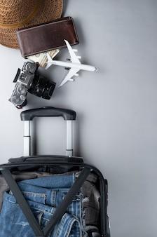 Apra la valigia imballata per il viaggio con il passaporto della tailandia - concetto di viaggio