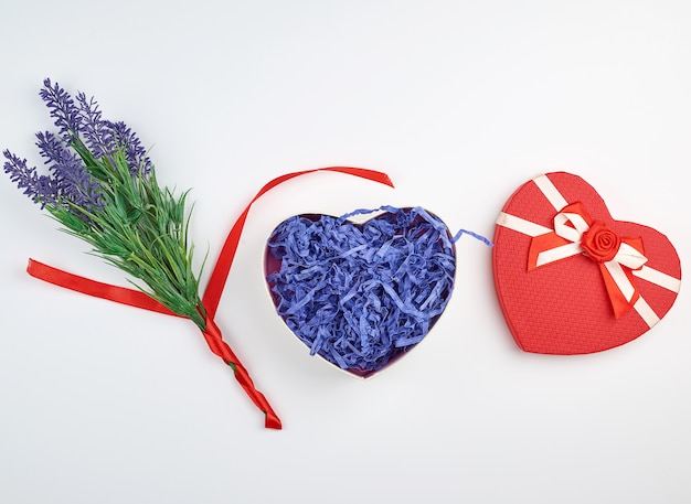 Apri confezione regalo rossa a forma di cuore con fiocco