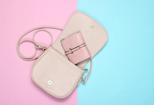 Apri elegante borsa in pelle con una borsa sul pastello. vista dall'alto