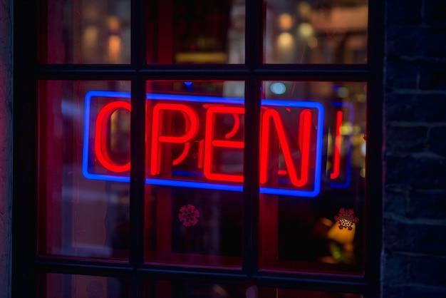 Apri il segno nella caffetteria della strada