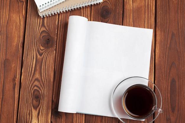 Apri pagine di giornale in bianco per il tuo spazio di copia di design su fondo di legno