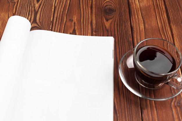 Apri pagine di giornale in bianco per il tuo spazio di design copia su legno