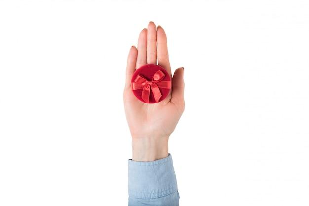 Apri palmo femmina con un portagioie rosso.