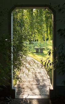 Apri portale e strada di mattoni.