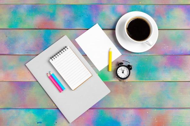 Apri quaderno con vista tazza di caffè