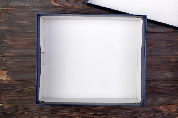 Apri scatola bianca di cartone