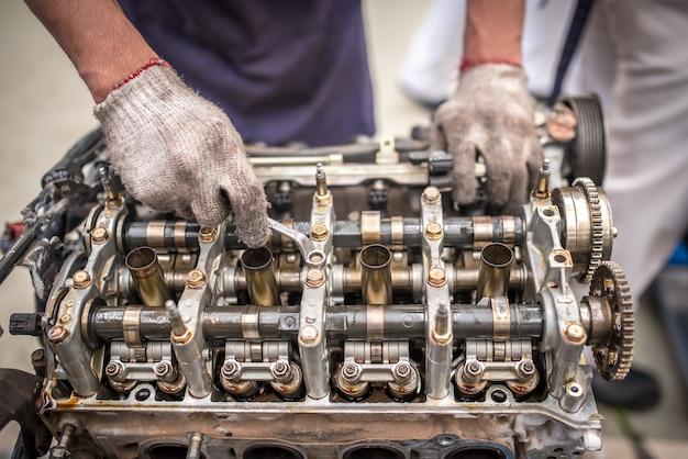 Aprire il blocco motore e l'albero motore su un tavolo nel garage di servizio