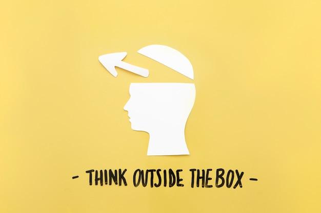 Aprire il cervello umano con il simbolo della freccia vicino a pensare al di fuori del messaggio di casella