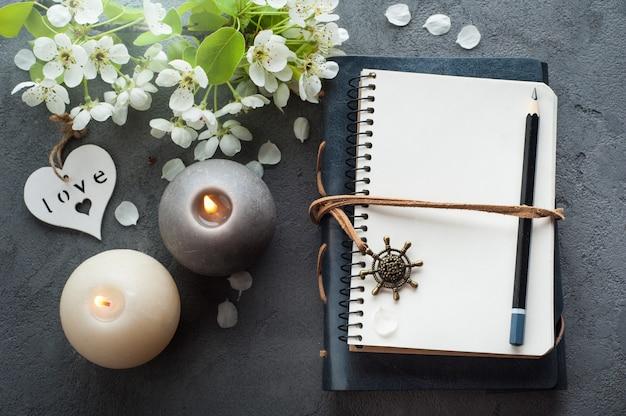 Aprire il diario vuoto con fiore