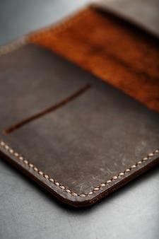 Aprire la copertina del passaporto in pelle marrone scuro. vera pelle, fatta a mano.