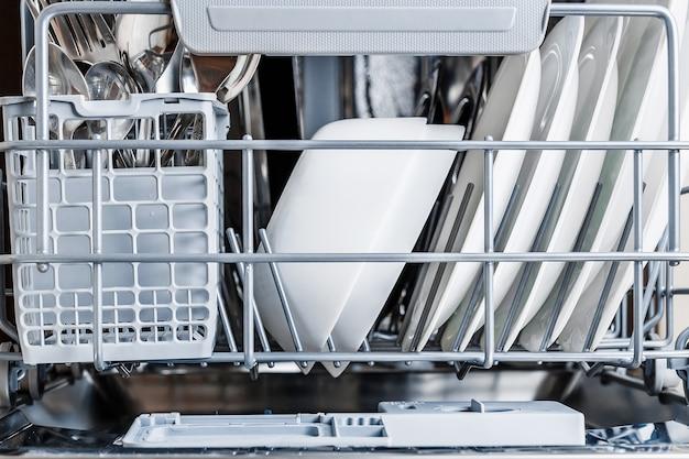 Aprire la lavastoviglie con vetri puliti e stoviglie.