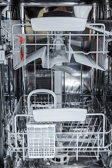 Aprire la lavastoviglie è pronta per caricare piatti sporchi.