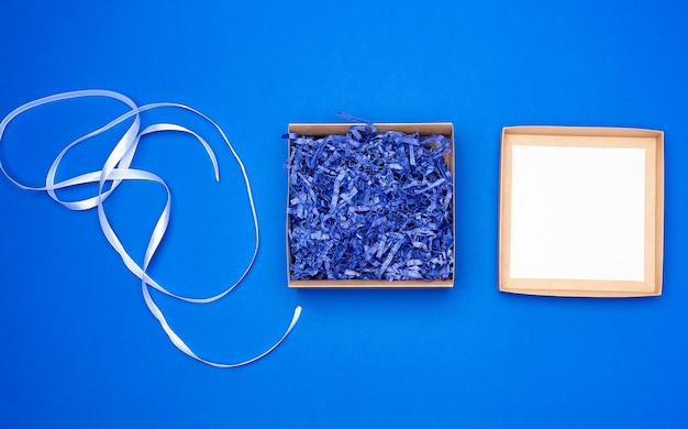 Aprire la scatola vuota di cartone quadrato marrone