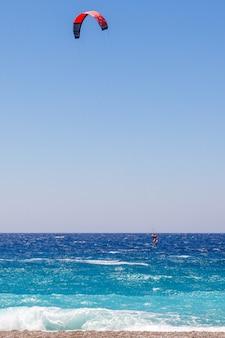 Aquilone surfista in mare