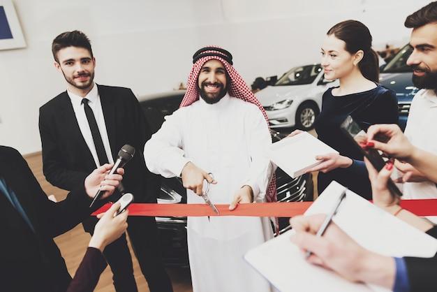 Arab apre il negozio di automobili costose del concessionario auto.