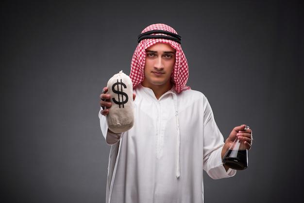 Arabo con olio su sfondo grigio