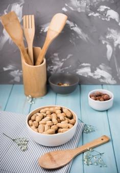 Arachidi del primo piano sulla tavola di legno