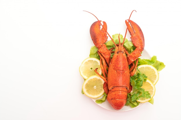 Aragosta bollita di recente con verdure e limone