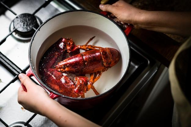Aragosta cucinata sul fornello