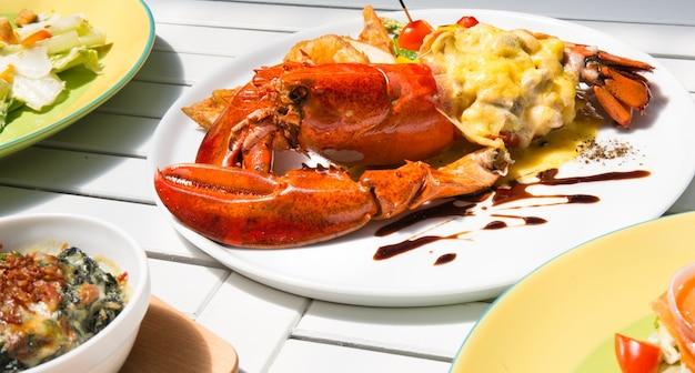 Aragosta thermidor e insalata, closeup macro per il lavoro di progettazione alimentare
