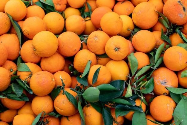 Arance di frutta sane sulla superficie delle arance della stalla del mercato