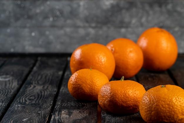 Arance e mandarini su una tavola di legno