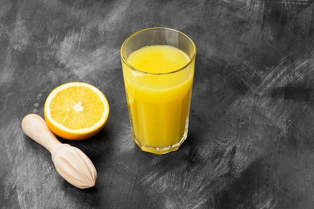 Arance e succo d'arancia fresco su sfondo nero