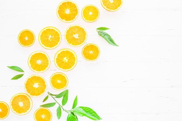 Arance fresche su sfondo bianco