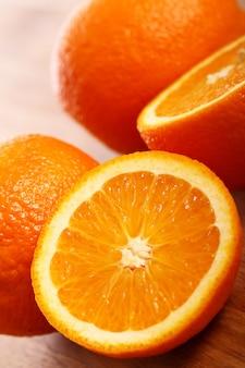 Arance fresche su tavola di legno
