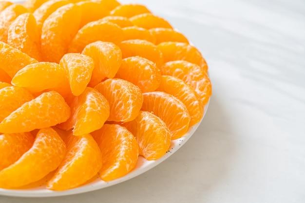 Arance fresche sul piatto