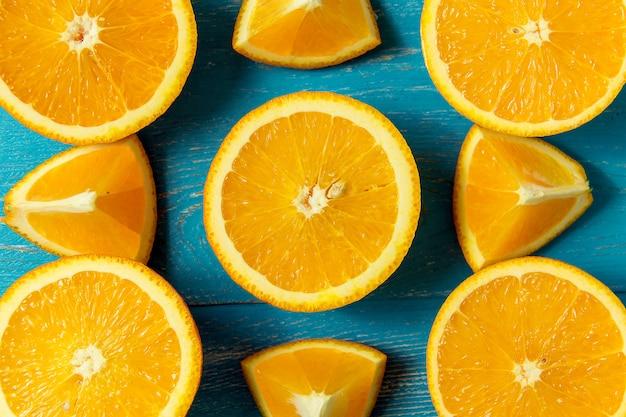 Arance fresche, vista dall'alto. agrumi sani su fondo di legno blu, vista superiore, copyspace.