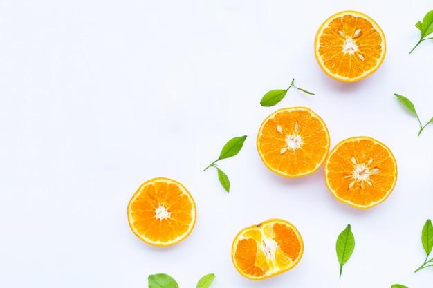 Arance mature isolate su bianco