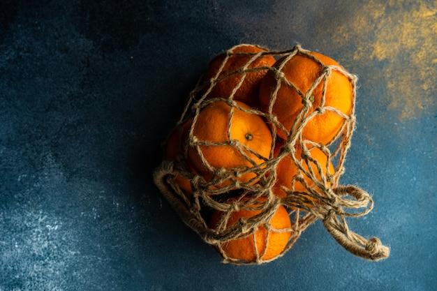Arance organiche mature su legno scuro