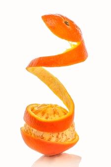 Arance sbucciate a forma di spirale isolate