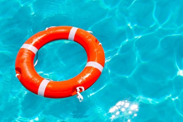 Arancia della boa che galleggia in spiaggia tropicale perfetta