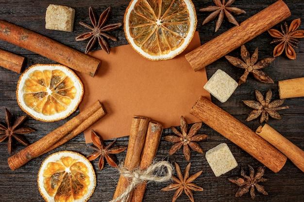 Arancia essiccata su uno sfondo d'epoca in legno