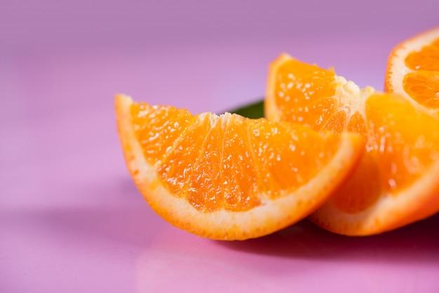 Arancia fresca con fetta d'arancia