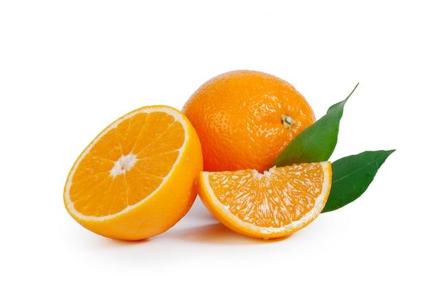 Arancia fresca isolata su fondo bianco