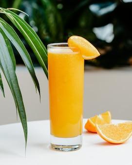 Arancia fresca sul tavolo