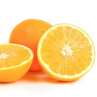 Arancia intera e due metà su un bianco.