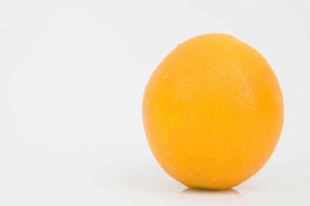 Arancia isolata su bianco.