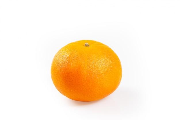 Arancia succosa isolata su fondo bianco