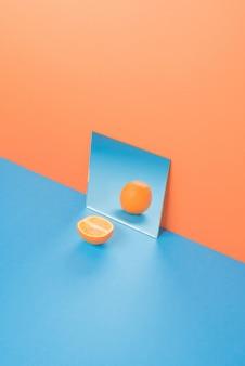 Arancia sulla tavola blu isolata sull'arancia