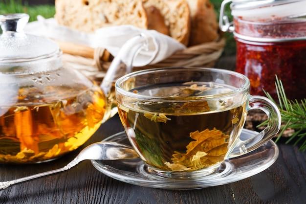 Aranciata curativa invernale con olivello spinoso, rosmarino, spezie, rami di abete
