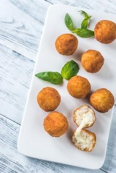 Arancini sul piatto bianco